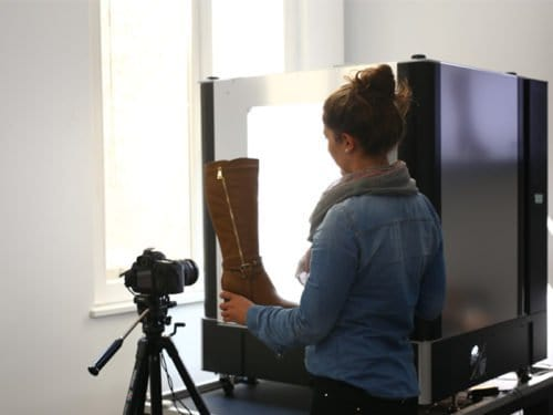 Hohe Frauenstiefel im Studio fotografieren