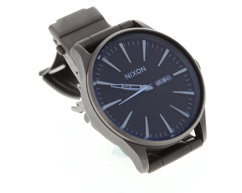 Armbanduhr liegend fotografiert in seitlichem Winkel