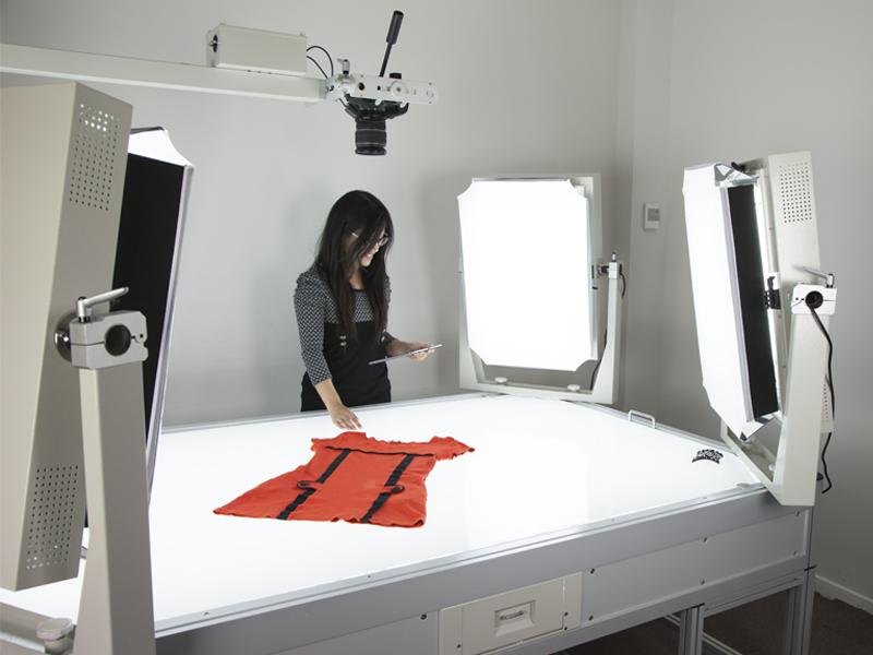 PackshotCreator-Fotos von Bekleidung vor weißem Hintergrund
