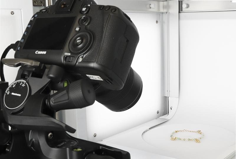 Positionieren Sie Ihre Kamera mit dem MacroStand vor dem Fotostudio