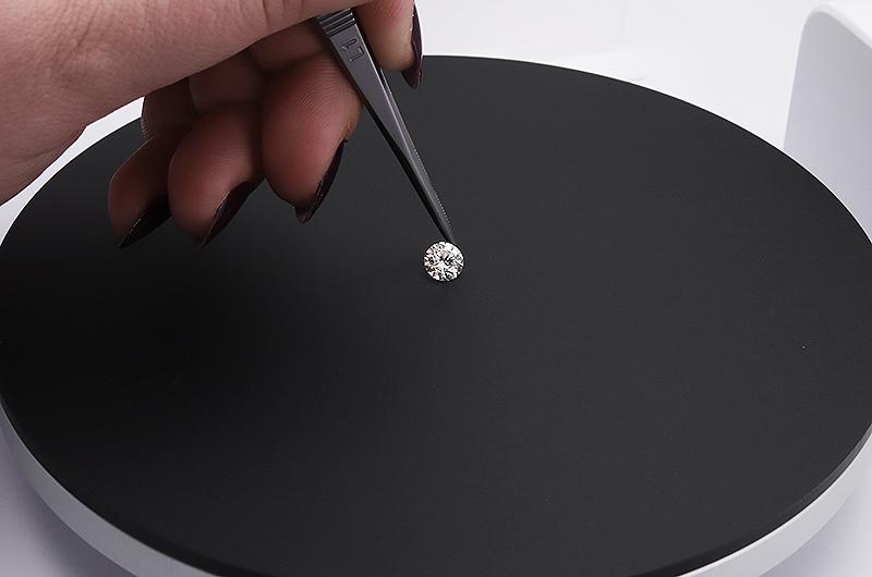 Platzieren eines Diamanten im Fotostudio von PackshotMacro DIS